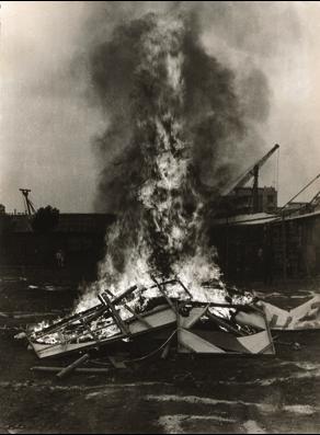 Scène d'un burning event réalisée par le XIAMEN DADA GROUP, 1986, destruction de travaux artistiques devant le Xiamen Art Museum.